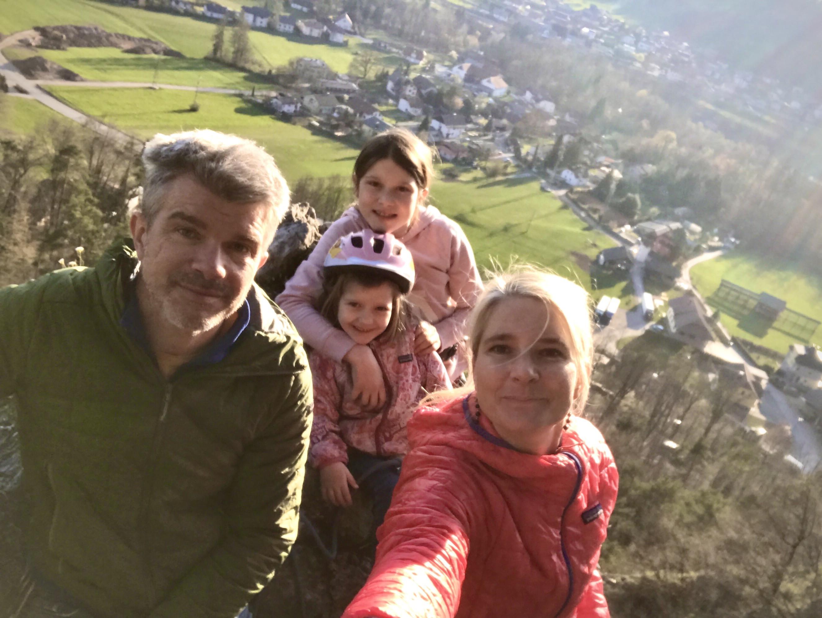 Foto spomin z družinskega plezanja na Turncu na Grmadi, takoj za hišo Jakofčičev