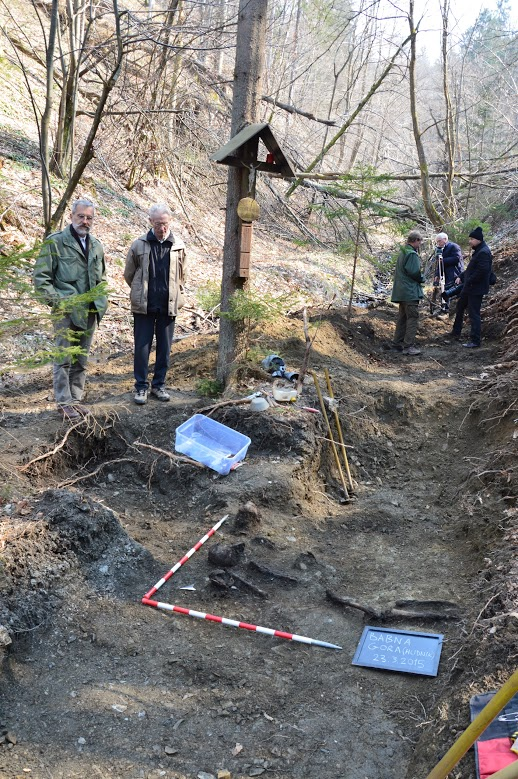 Draško Josipovič in Alojz Hudnik ob fragmentih treh skeletov