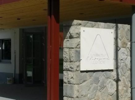 Tabla s stare zgradbe, ki so jo prenesli na novo