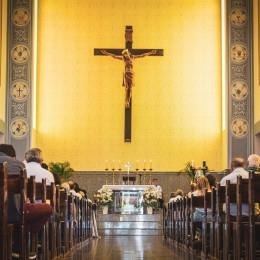 Cerkev, križ, verniki (photo: Mateus Campos Felipe)