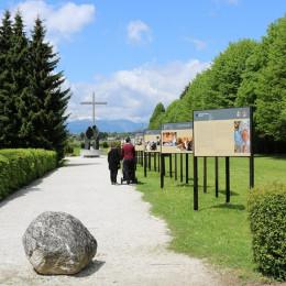 Razstava v parku (photo: Romarski urad Brezje)