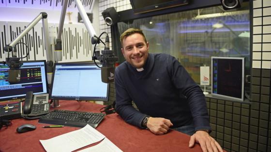 Duhovnik Martin Golob v studiu Radia Ognjišče (photo: Rok Mihevc)