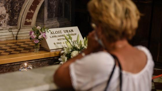 Na grobu pokojnega nadškofa Alojza Urana v ljubljanski stolnici (photo: Rok Mihevc)