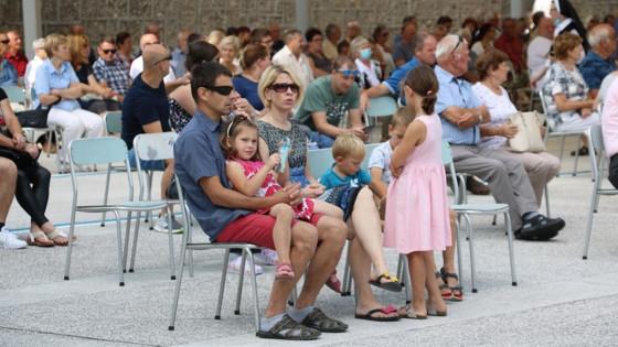 Družina pri sveti maši na Brezjah (photo: marija.si)